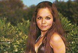 LCC Tiyatro Okulu'nda eğitim alan sanatçı, 1968'de Ses Dergisi yarışmasında kazandığı üçüncülükle sinemaya başladı. 1975'te Ali Kocatepe ile evlenip daha sonra ayrılan sanatçı; 1976 - 1980 yılları arasında seks filmleri furyası döneminde Londra'ya tekstil eğitimi almaya gitti.   1984'te ikinci kez evlendi. Göğüs kanserine yakalanıp, atlattıktan sonra, 2001'de yeniden sahnelere döndü.