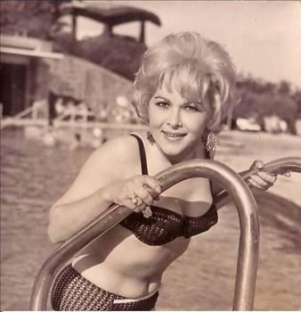 """Bir Tatar kızı olan Suzan Avcı, henüz 9 yaşındayken sinemada oynamayı bir saplantı haline getirmiştir. 1956 yılında başladığı sinema kariyerinde hep """"kötü kadın""""ı canlandırdı. Filmlerinde iyi kadınlar kadar önemli rollere sahip olan Avcı, vamp kadın imajıyla bütünleşti. 1962 yılında """"Şehvet Uçurumları"""" filmiyle büyük etki yaratır. 1966 yılında """"Turist Ömer"""" filminde rol aldı."""
