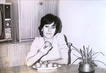 """Ayşen Gruda, 1946 İstanbul doğumlu. Ankara Çuvaldız ve Devekuşu Kabare Tiyatroları'nda sahneye çıktı. Asıl ününü TV için yaptığı skeçlerde kazandı ve bu skeçlerde """"Domates Güzeli Nahide Şerbet"""" tiplemesini canlandırdı. Daha sonra sinemaya geçerek aynı türdeki tiplemesini sürdürdü.   """"Hisseli Harikalar Kumpanyası"""" adlı müzikalde rol aldı. Tiyatro sanatçısı Yılmaz Guruda ile evlenip ayrıldı. Halen televizyon dizilerinde rol almaktadır. Filmleri arasında """"Tosun Paşa"""", """"Süt Kardeşler"""", """"Aile Şerefi"""", """"Çöpçüler Kralı"""", """"Güllüşah ile İbo"""", """"Habbam Sınıfı Tatilde"""", """"Avanak Apti"""", """"Doktor"""", """"Şark Bülbülü"""", """"Renkli Dünya"""", """"Gırgıriye""""yi sayabiliriz."""