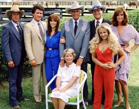 Aslında sadece 4 bölümlük bir dizi olarak başlamıştı ama öyle inanılmaz bir izlenme oranına erişti ki tam 13 yıl boyunca devam etti. Hem de sadece anavatanı olan ABD'de değil Türkiye'de dahil tüm dünyada… En nefret edilen kahramanının vurulduğu bölüm ise tam 83 milyon kişiyi ekran karşısında çiviledi. Bu özelliği ile de Guinnes Rekorlar Kitabı'na girdi. Tüm bunlar dünya dizi tarihine geçen Dallas'ın kısa bir özetiydi.   Son bölümü 1991 yılında yayınlanan Dallas tam 21 yıl sonra yepyeni bir kadroyla yeniden çekiliyor. Ve yakında Türkiye'de de seyirciyle buluşacak. Eski kadrodan sadece üç kişi var yeni versiyonda: Tüm zamanların en çok nefret edilen dizi karakteri Jr Ewing'i oynayan Larry Hagman, alkolik karısı Sue Ellen yani Linda Gray ve Jr'ın iyi kalpli kardeşi Bobby Ewing yani Patrick Duffy..