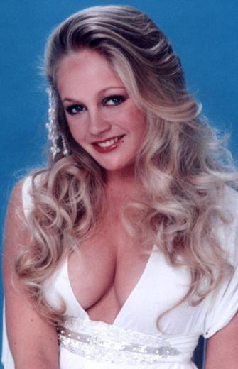 Charlene Tilton dizide rol aldığında 20 yaşındaydı. Özellikle saçları çok beğeniliyordu.