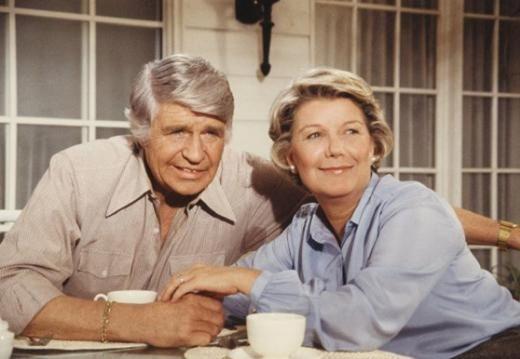 Dallas'ın dünyayı kasıp kavurduğu dönemde Barbara BelGeddes, Ewing kardeşlerin annesini canlandırıyordu. Tecrübeli oyuncu 2005 yılında hayata veda etti. Jim Davis ise Ewing kardeşlerin babasıydı. O da 1981 yılında hayata veda etti.  Kaynak: Hürriyet