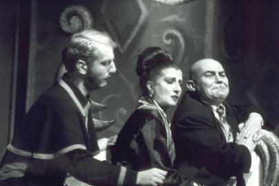 Bu siyah- beyaz fotoğraftaki kadın oyuncuyu sadece sahnede değil ekranda da izliyoruz uzun zamandır.