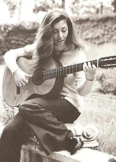Yıllar önce bir şarkıcı olarak tanımıştı Türkiye onu. Aynı zamanda tiyatro sahnesine de çıkıyordu.