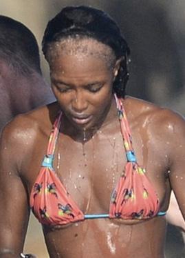 İşadamı sevgilisi Vladislav Doronin ile birlikte Ibiza'da tatil yapan ünlü manken Naomi Campbell şoke etti…