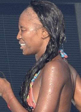 Denize girerken objektiflere takılan Campbell'ın saçlarının ön kısmı tamamen dökülmüş durumda.