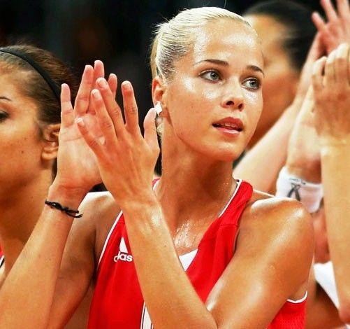 Yapılan anketlerde açık ara önde çıkan Hırvat basketbolcu Antonija Misura, maçlarda izleyenleri büyülüyor.