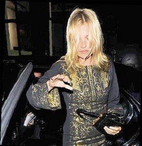 Dünyaca ünlü İngiliz model Kate Moss, bir kez daha kameralara sarhoş yakalandı.