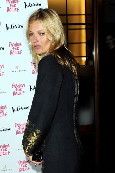 """38 yaşındaki modelin, perşembe akşamı başkent Londra'da """"Fashion For Relief"""" adlı partiden çıkarken ayakta güçlükle durduğu gözlendi."""
