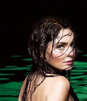 Şarkıcı Nil Karaibrahimgil de doğal güzellerden.