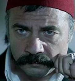 Oktay Kaynarca, Naz Elmas, Emre Kınay, Emre Karapınar oyuncu kadrosunda yer alan isimler.