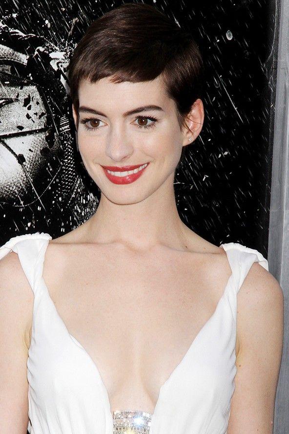 Anne Hathaway:  2012 Ultra-şık ve feminen kesilmiş erkek traşı. Anne,  ''Les Miserables'' adlı yeni filmindeki rolü için saçlarını kısa tarzı kestirmişti. Bu kesim onun büyük kahverengi gözlerini daha da ortaya çıkarmış, dolgun dudaklarını daha da güzel göstermiş.