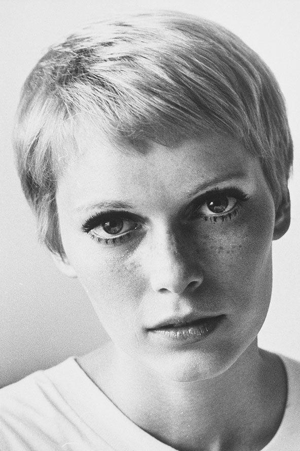 Mia Farrow:  1967 Minimal tarzda süper kısa kesilmiş erkek traşı. Vidal Sassoon, Mia Farrow'un saçlarını, Rosemary's Baby filmdeki rolüne uygun olarak, Bond caddesindeki salonunda bu şekilde kestiği zaman bir tarih yazıldı. Bu görünüş Mia'nın vahşi, mükemmel ve hipnotize edilmiş gözlerini yansıtan bir tarz, bir imza oldu.