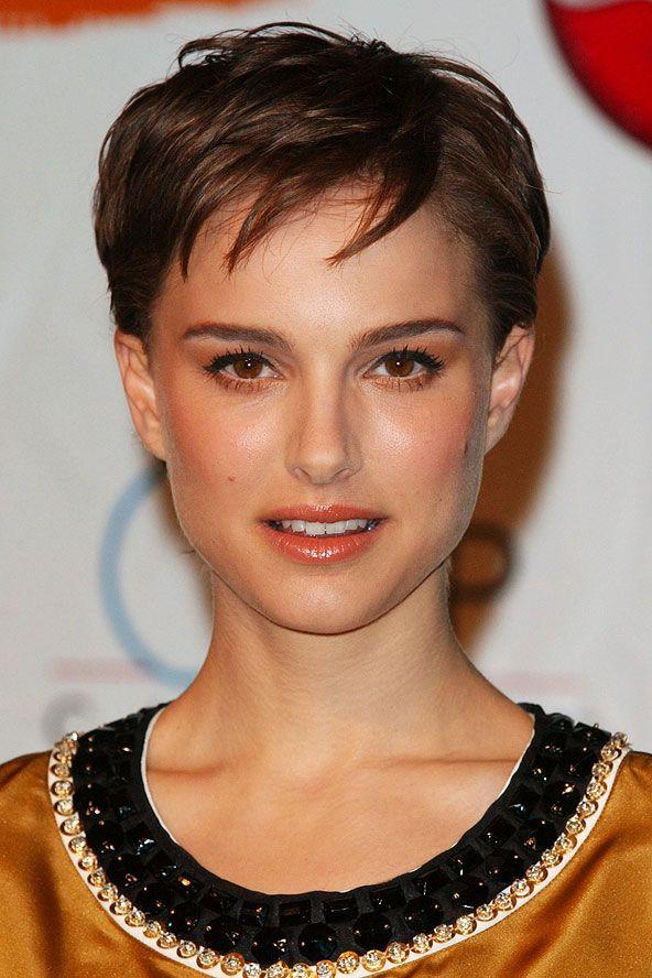 Natalie Portman:  2006 Yanlardan kırpılmış erkek traşı Natelie, saçını nasıl kestirirse kestirsin bir tarz yarattığı çok belirgin.