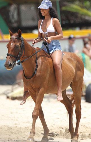 24 yaşındaki şarkıcı iş yorgunluğunu denize girip kumsalda at binerek attı.