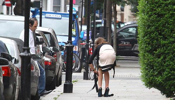 Londra'da bir apartmandan çıkıp yürümeye başlayan Palmer Tomkinson, elindeki çantayı yere düşürünce almak için eğildi.