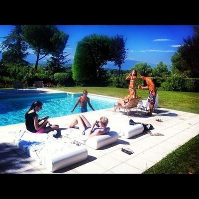 Cannes'da havuz partisi