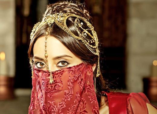 Dizinin konuk oyuncusu Cansu Dere, şiire yatkınlığı, Farsça'ya olan hakimiyetiyle Sultan Süleyman'ın dikkatini çekecek olan Firuze karakterini canlandıracak.