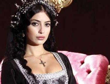 Melike İpek Yalova, Muhteşem Yüzyıl dizisiyle bir anda tüm dikkatleri üzerine çekti.