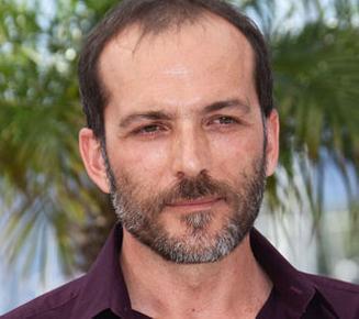 Bir Zamanlar Anadolu'da filmiyle dikkat çeken Muhammet Uzuner geçen sezon Koyu Kırmızı dizisinde rol almıştı.