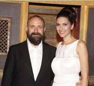 Ergenç'in eşi Bergüzar Korel ise geçen yıl bir dizide oynamamıştı. Ama bu yıl iddialı bir diziyle ekrana gelecek. Yeni bir diziye başlayacak olan Korel ise haftada 30 bin lira alacak.