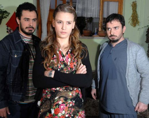 Serenay Sarıkaya Türkiye güzeli seçildikten sonra oyunculuğa adım attı. Önce Limon Ağacı adlı dizide rol aldı. Bu dizinin ekran ömrü kısa sürdü.