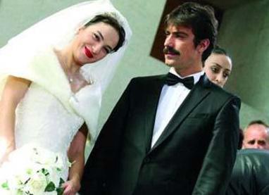 Çelikkol, İstanbul'daki bir rezidansta iki dubleks dairenin birini annesine diğerini de ablasına hediye etti.