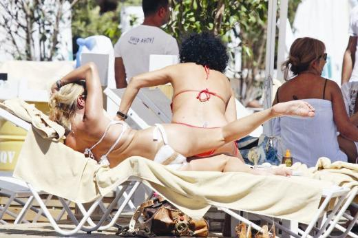 Bir süredir yakın arkadaşı modacı Seval Birinci ile Bodrum'da tatil yapan Arte Tahir, güneşlendiği iskelede spor yaptı.
