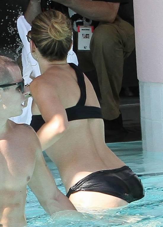 Jennifer Lopez, Miami'de sevgilisiyle havuz keyfi yaparken paparazziler ardı ardına deklanşöre bastı.