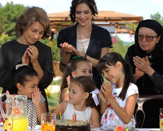 ÖYLE BİR GEÇER ZAMAN Kİ Geçmişten bugüne Türkiye'nin panoraması eşliğinde bir ailenin serüvenini anlatan dizi üçüncü sezonuna giriyor.