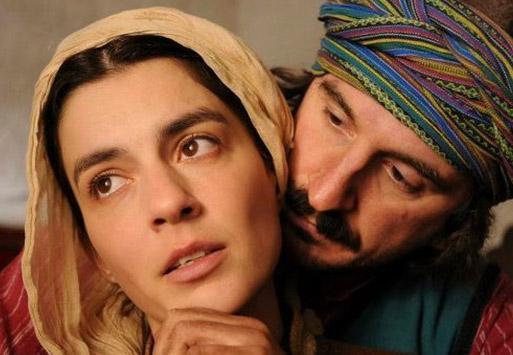 Dizide Hazal Kaya, Tuğçe Kazaz'ın da aralarında bulunduğu kalabalık bir kadro rol alıyor.