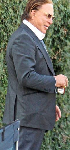 Dokuz Buçuk Hafta filmi çekildiğinde 34 yaşında olan Rourke artık 60 yaşında. Geçirdiği estetik operasyonların izleri de yüzünde..