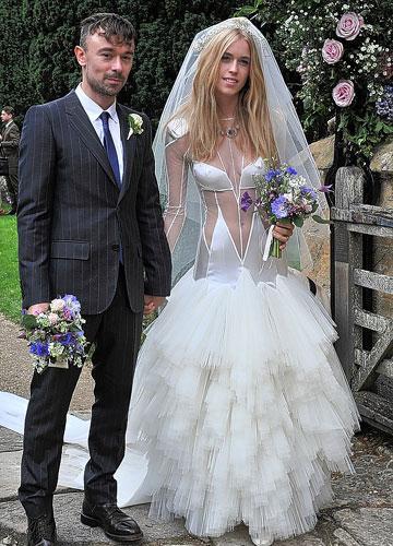 İngiltere'de aristokrat bir ailenin kızı olan Mary Charteris'in (24) düğünde giydiği gelinlik olay yarattı.