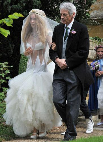 Gaga hayranı olduğunu söyleyen Charteris, çok sayıda ünlünün katıldığı düğünde sutyenden oluşan transparan bir gelinlik giydi.