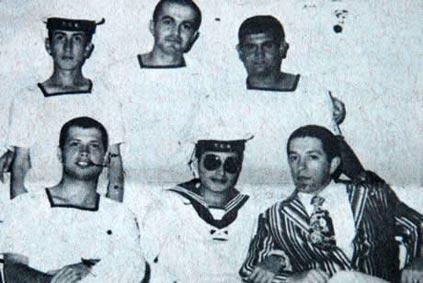 Fotoğraf, 1976'da Gölcük'te Bülent Ersoy bahriyeli olarak vatan borcunu öderken çekildi.