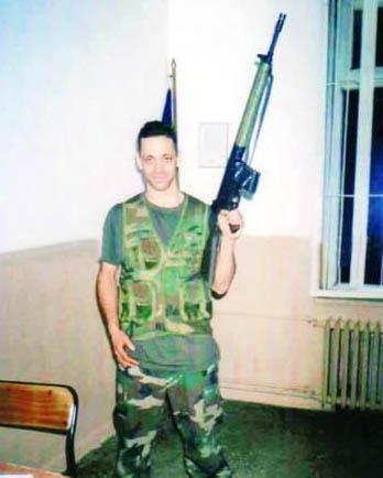 Duman grubunun solisti Kaan Tangöze'nin askerlik hatırası... Bu kez elinde gitar yerine silah var. Tangöze askerliğini Erzurum'da yaptı.