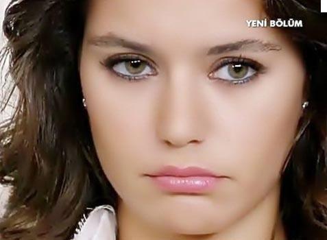 Beren Saat, Türkiye'nin iri yeşil gözleriyle dikkat çeken güzel oyuncularından...