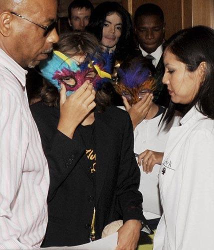 14 yaşındaki Paris Jackson, 15 yaşındaki Prince ve 10 yaşındaki Blanket, geçen yılın son aylarında Cirque Du Soleil'in babalarının anısına düzenlediği gösteriye katılmıştı.