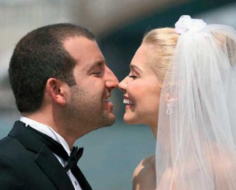 Didem Uzel uğruna kariyerini bile geri plana itip ABD'ye yerleştiği üç yıllık aşkı Selim Sarı'yla kısa bir süre önce evlendi.
