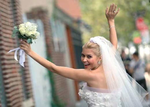 """Uzel de buna cevap olarak Twitter sayfasına """"Evlendik işte. Ötesi varsa bilelim, oraya uzanalım! Artık çeneler bir kapansın bakayım. New York'a gelin gelen ilk Türk benim sanki. Ne Didem'mişim yahu! Kendi halimde 3 yıldır bu aşkı kovaladım. Evlendik, oturdukları yerde kurtlandılar"""" notunu düştü."""