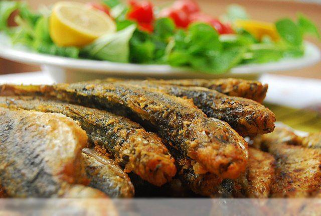 İstavrit: Hamsiden sonra en çok avlanan ve tüketilen balık türü olan istavrit türleri genellikle Nisan ayında yumurtlamaya başlar. Yumurtlama süresi türe göre haziran ile eylül ayına kadar sürer. İstavritin daha çok tavası ve buğulaması yapılır. Ocak-Nisan arası istavritin en lezzetli olduğu dönemdir.