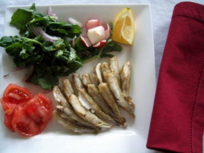 Gümüş: Marmara Denizi'nde bulunan gümüş balıkları üremek için Nisan ayının sonlarında Karadeniz'e geçer, sonbaharda ise geri döner. En fazla 20 cm. uzunluğa ulaşan gümüşün özellikle una bulunmuş tavası lezzetli olur.