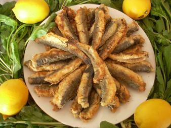 Sardalya: Türkiye'nin hemen bütün kıyılarında görünen sardalya sürüleri ilkbaharda büyük sürüler halinde Ege'den Marmara'ya göç ederler ve buradan da Karadeniz'e geçerler. Yine de Akdeniz ve Ege'de göç etmeyen sardalya sürüleri bulunur. En lezzetli balıklar arasında yer alan sardalyanın ızgarası, buğulması ve tuzlaması yapılır. Haziran-Eylül arası lezzetlidir.