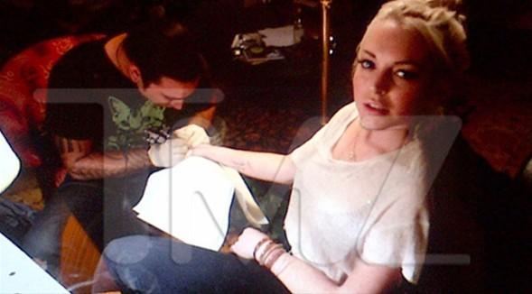 Alkollü araç kullandığı ve kolye çaldığı için mahkeme kapılarını aşındıran ve son olarak şartlı tahliye koşullarına uymadığı gerekçesiyle morgda çalışmak zorunda kalan ABD'li oyuncu Lindsay Lohan sağ bileğine yeni bir dövme yaptırdı.