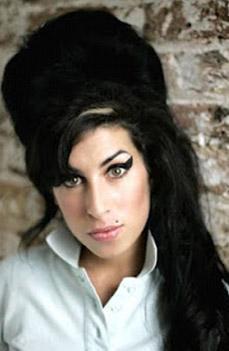 """Onun hayat tarzını bilen herkes haberi ilk dulduğunda """"kesin alkol ya da uyuşturucudan ölmüştür"""" yorumunu yaptı. Ama ailesi Winehouse'un ölümünden kısa bir süre önce tamamen """"temizlendiğini"""" alkol ve uyuşturucu kullanmadığını ileri sürdü."""