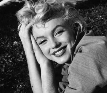 ÖLÜMÜYLE DE EFSANE OLDU Marilyn Monroe, 1962 yılında hayata veda etti. Efsane yıldızın yatağında cansız halde bulunmasının üzerinden 50 yıl geçti ama hala intihar mı etti yoksa öldürül mü sorusunun kesin cevabı bilinmiyor