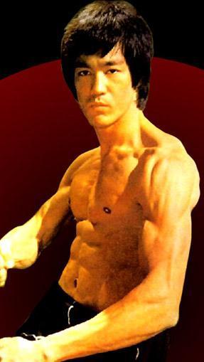 BABA OĞULUN SONU AYNI OLDU Aksiyon filmlerinin bir dönemine damga vuran aktör Bruce Lee 1973 yılında henüz 32 yaşındayken hayata veda etti. Lee, 1973 yılında Enter the Dragon filminin çekimleri sırasında beyin ödemi nedeniyle öldü. Ancak bazılarına göre o ve ailesi lanetliydi ve bu yüzden de bir cinayete kurban gitmişti. Kendisinden 20 yıl sonra aktör oğlu Brandon Lee'nin da şüpheli bir ölümle hayata veda etmesi bu iddianın kanıtı olarak gösterildi.