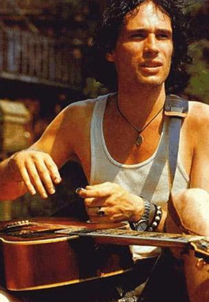 NEHRE GİRDİ VE BİR DAHA CANLI GÖRÜLMEDİ Şarkı sözü yazarı ve şarkıcı Jeff Buckley'i ölümü de üzerinden geçen onca yıla karşın hala sır dolu.   29 Mayıs 1997 günü Buckley, üzerinde giysileri ve ayağında botlarıyla Missisippi nehrine girerken görüldü.