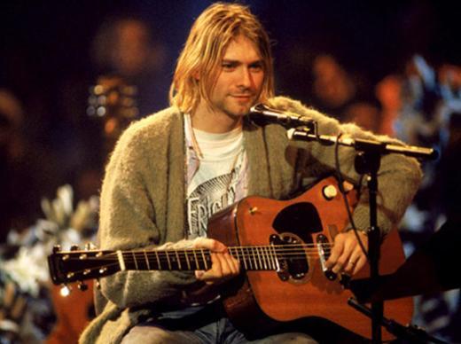 HEM ÇOK ÜZÜLDÜLER HEM KAFALARI KARIŞTI Müzik dünyasının bir dönemine damga vuran Kurt Cobain'in ölümüyle ilgili iddialar ve komplo teorileri de bitmek bilmiyor. 1994 yılında Seattle'daki bir rehabilitasyon merkezinden kaçan Cobain bu olaydan tam bir hafta sonra ölü bulundu.
