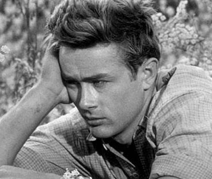 James Dean kariyerine parlak bir başlangıç yapymışken kullandığı Porsche ile geçirdiği kazada hayatını kaybetti. Takvimler 30 Eylül 1955'i gösteriyordu.
